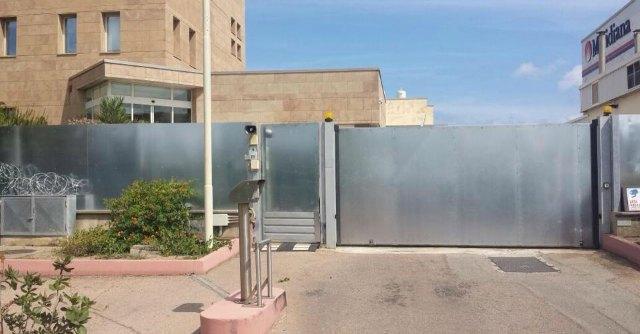 """Meridiana licenzia 1634 persone e blinda sede: """"Filo spinato per chiudere l'ingresso"""""""