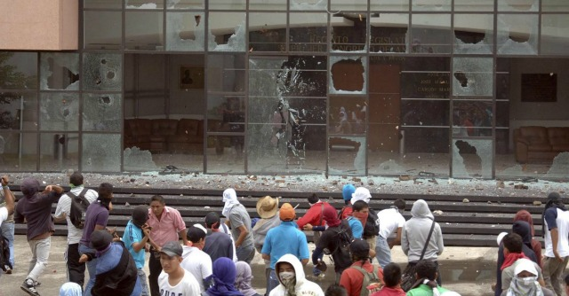 """Messico, studenti protestano e la polizia spara: 6 morti e 45 """"desaparecidos"""""""