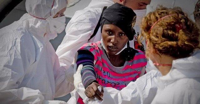 Migranti, gli sbarchi non hanno fine: 900 profughi a Napoli e 400 a Messina