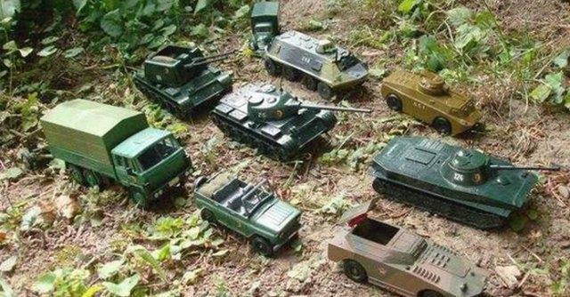 Ucraina, Mosca irride la Nato con i soldatini. Kiev inscena il funerale di Putin