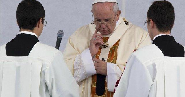 """Pedofilia, Papa Francesco rimuove vescovo Paraguay: """"Avrebbe coperto abusi"""""""