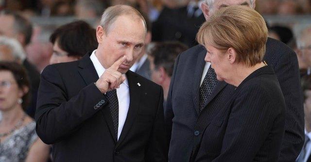 """Ucraina, Putin: """"Crisi creata per rianimare Nato"""". Merkel: """"Appoggio a sanzioni Ue"""""""
