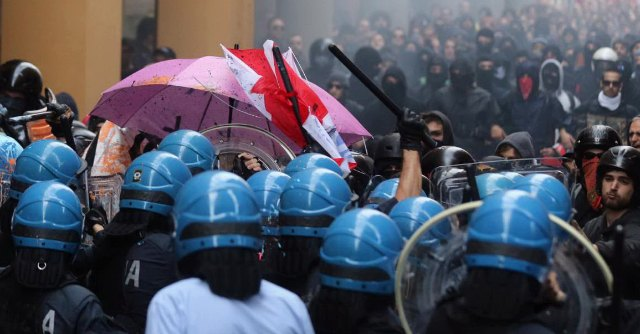 """Bologna, corteo contro Bankitalia. Scontri tra polizia e antagonisti: """"Quattro feriti"""""""