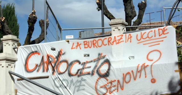 """Alluvione Marche, sindaco protesta su gru: """"Dal 2012 burocrazia blocca lavori alle mura"""""""