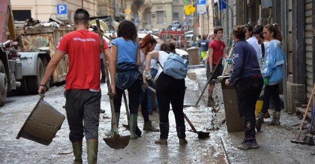 """Grillo: """"Martedì siamo a Genova"""". Renzi: """"No passerelle, ma 2 miliardi dal governo"""""""