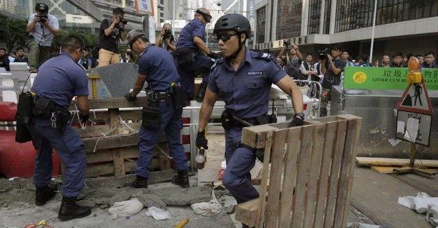 Hong Kong, la polizia rimuove le barricate. Affari in calo e cittadini stanchi del blocco