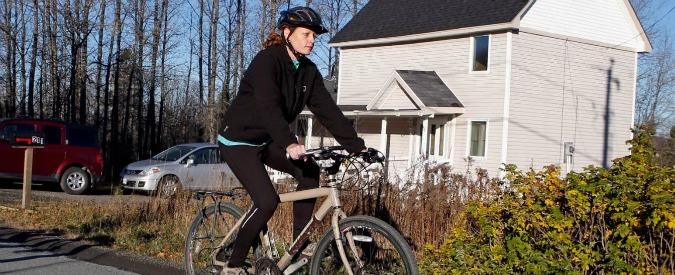 Ebola, infermiera Usa rientrata dall'Africa sfida la quarantena ed esce in bicicletta