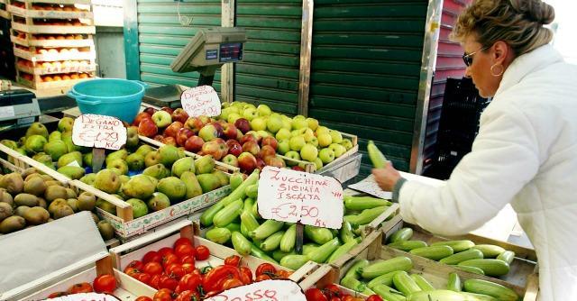 Frutta e verdura: informarsi sulle regole dei mercati rionali, per comprare meglio