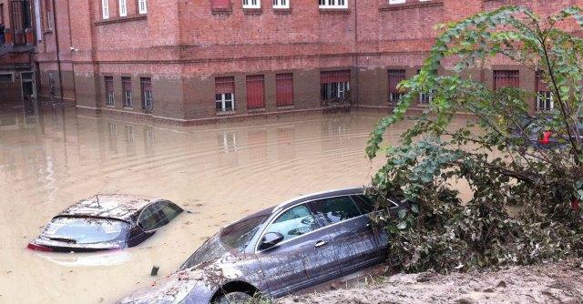 """Parma, volontari al lavoro per pulire strade dal fango: """"Dramma che si poteva evitare"""""""