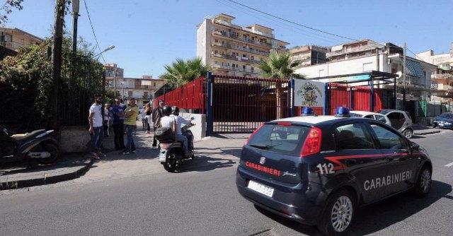 Napoli, foto e nome del 14enne seviziato con il compressore finiscono su Facebook