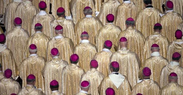 """Sinodo, sui gay vescovi divisi anche su inglese: """"Accogliere"""" diventa """"occuparsi di"""""""