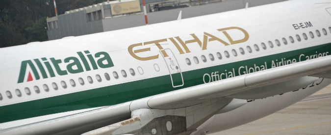 Alitalia, mentre la compagnia affonda Etihad e le controllate organizzano l'esodo dei piloti: in 300 verso Abu Dhabi