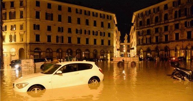 """Alluvione Genova, città in ginocchio: un morto. Doria: """"Allerta mai data"""""""