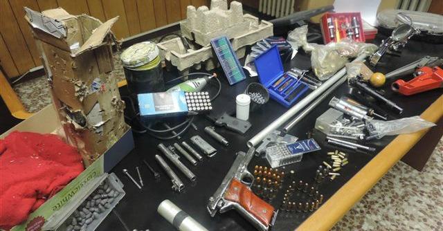 Milano, scoperta fabbrica clandestina di armi. Le indagini puntano agli acquirenti