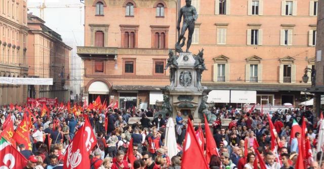 """Bologna, """"molestata"""" al corteo contro il Jobs Act. Cgil: """"Sono rigurgiti sessisti"""""""