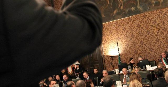 Mantova, consiglio comunale nel mirino della magistratura. Con accusa di sequestro