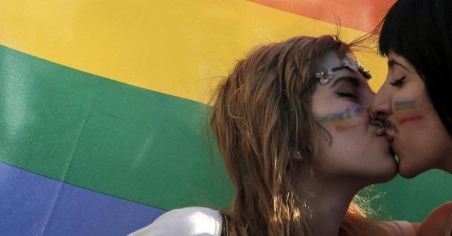 Omofobia: le circolari di Alfano e gli aeroplanini di carta
