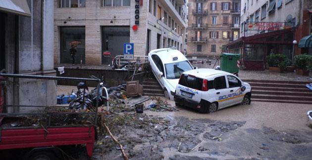 Alluvione a Genova: politici, state a casa