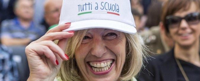 """Scuola, Giannini: """"Assunzioni solo tramite concorso"""". Renzi contestato dai precari"""