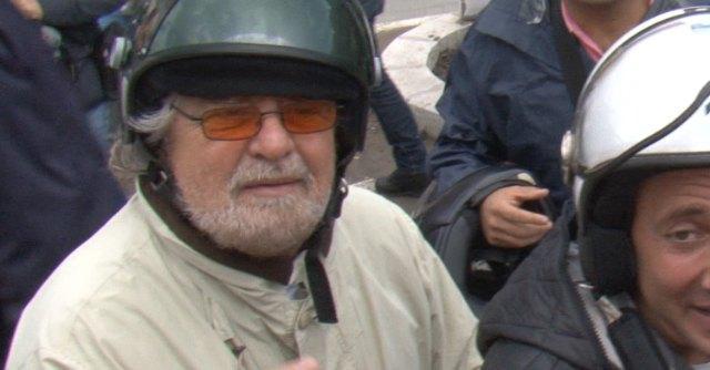 """Alluvione Genova, Grillo contestato: """"Vieni a spalare"""". Lui: """"Siamo dalla stessa parte"""""""