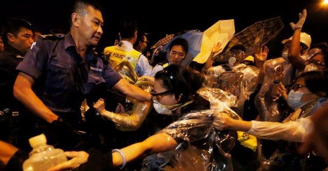 """Hong Kong, polizia sgombera tunnel: 45 arresti. """"Dimostrante pestato"""", c'è il video"""
