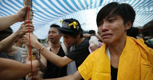 """Hong Kong, sgomberato presidio davanti al governo. Gli studenti: """"Non ci arrendiamo"""""""