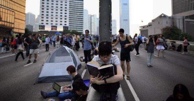 """Hong Kong, gli studenti tornano in strada. Cina: """"No profit Usa dietro alle proteste"""""""