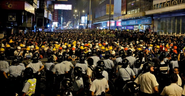 Hong Kong, polizia carica i manifestanti. Studenti portati via in barella: 20 feriti