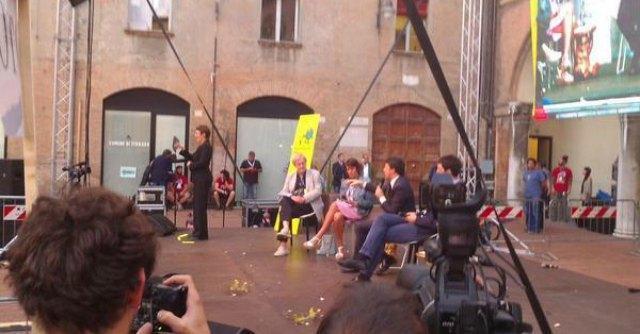 """Renzi, fischi e uova a Ferrara contro il premier: """"Rispondo col sorriso"""""""