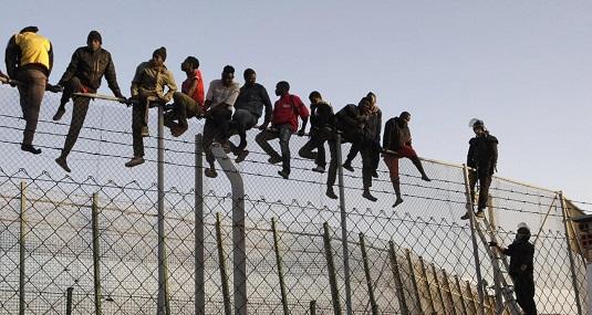 Immigrati entrano a Melilla