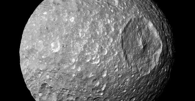 """Saturno, """"la piccola luna Mimas potrebbe nascondere un oceano"""""""