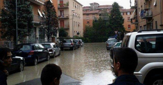 """Maltempo, Pizzarotti: """"Parma è allagata. Non uscite"""". Violento nubifragio a Bologna"""