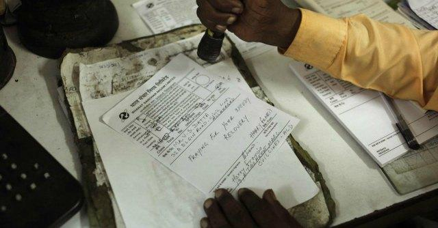 """India, controllo biometrico del governo sulla """"casta"""" dei dipendenti pubblici"""