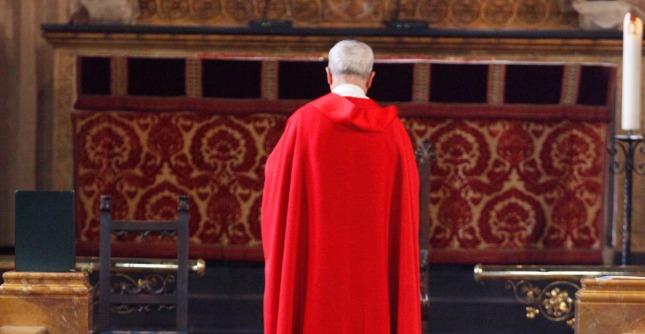 Gonna troppo corta, parroco di Cagliari vieta l'ingresso in chiesa