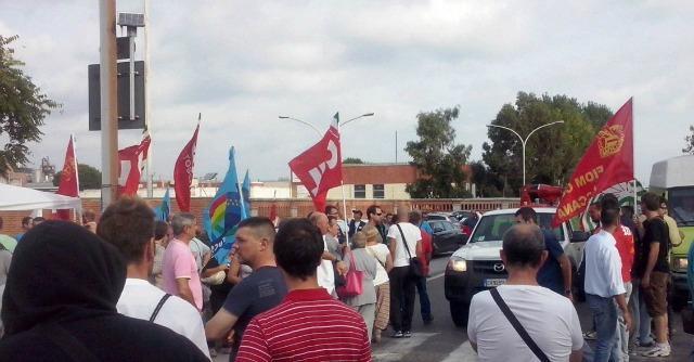 """Eni, a Livorno sciopero e 300 operai in piazza: """"L'azienda dica se vuole vendere"""""""