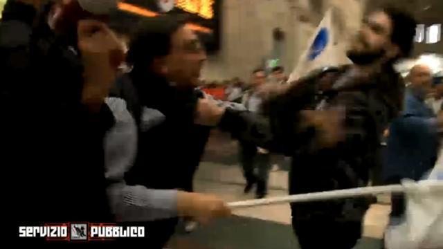 Corteo anti-clandestini a Milano, rissa fra Romano La Russa e un contestatore