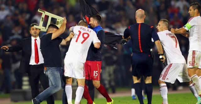 Serbia-Albania, drone con bandiera pro Kosovo in campo: rissa e gara sospesa