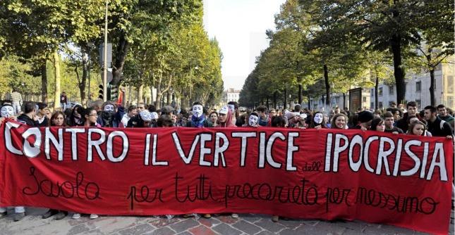 Torino, blitz degli studenti al corteo Fiom: la polizia lancia lacrimogeni