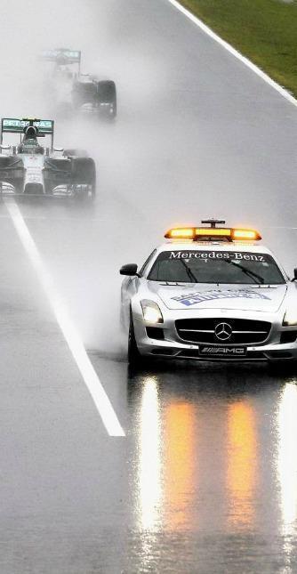 La safety car in pista. L'acquazzone era atteso per la giornata della gara tanto che era in forse la partenza.
