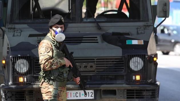 Giugliano in Campania, militari dell'esercito italiano presidiano la 'Terra Dei Fuochi'
