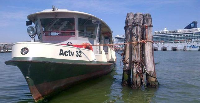 Venezia, vaporetto contro chiatta nel canale della Giudecca: 7 feriti