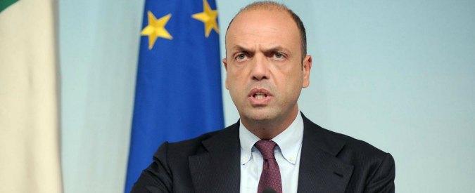 """Terrorismo, Alfano: """"Espulso marocchino. Voleva 'tagliare la testa agli italiani'"""""""