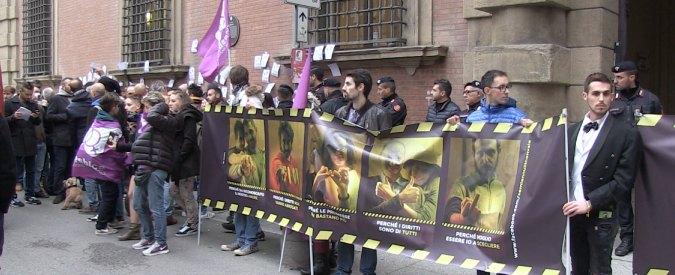 """Nozze gay, protesta Lgbt in prefettura a Bologna: """"Se mi annulli non vale"""""""