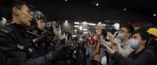 Hong Kong, assalto al parlamento: scontri tra dimostranti e polizia, 4 arresti – Video