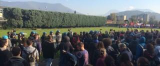 Renzi a Brescia, scontri tra polizia e centri sociali: due agenti feriti