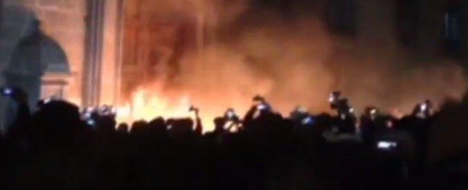 """Messico, folla assale palazzo presidenziale: """"Giustizia per i 43 studenti uccisi"""""""