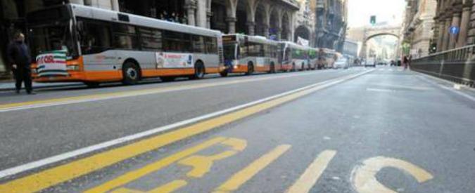 """Genova, i lavoratori occupano l'azienda di trasporti: """"Avanti a oltranza"""""""