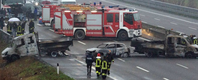 Assalto portavalori su A1: camion in fiamme e chiodi su asfalto. Rapina fallisce