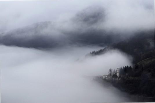 Nubi basse si addensano nel parco del monte Antola, Liguria ph vgiannella