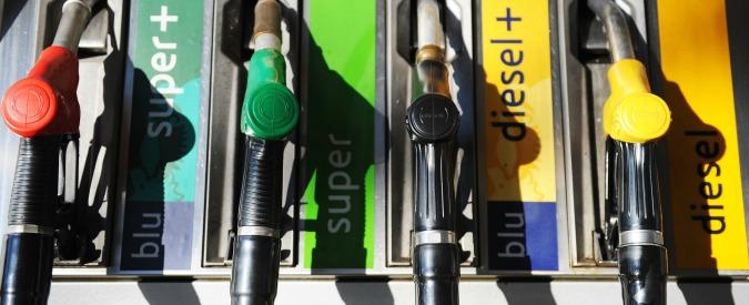 """Benzina, Codacons: """"In Italia prezzi più alti del 20% rispetto a media Ue. Anche se il petrolio è ai minimi dal 2009"""""""